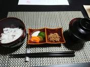 ゆめぴりか特選米の小豆ご飯、赤だし、自家製ちりめん山椒、香の物